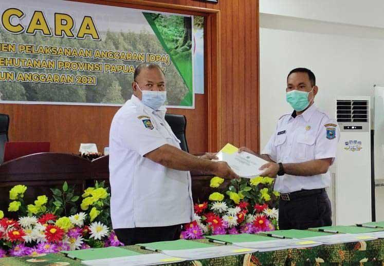 Kepala Dinas Kehutanan Papua Barat Serahkan DPA