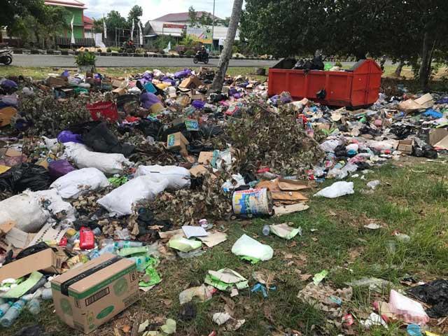 Tiga Bulan Hak Tak Dibayarkan, Petugas Pembersihan Sampah Kaimana Terpaksa Utang