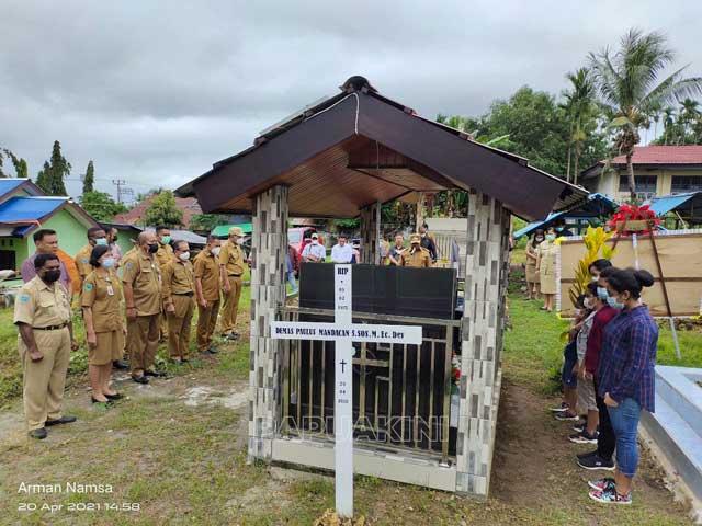 Bupati Manokwari Ziarah Makam Setahun Berpulangnya Demas Paulus Mandacan