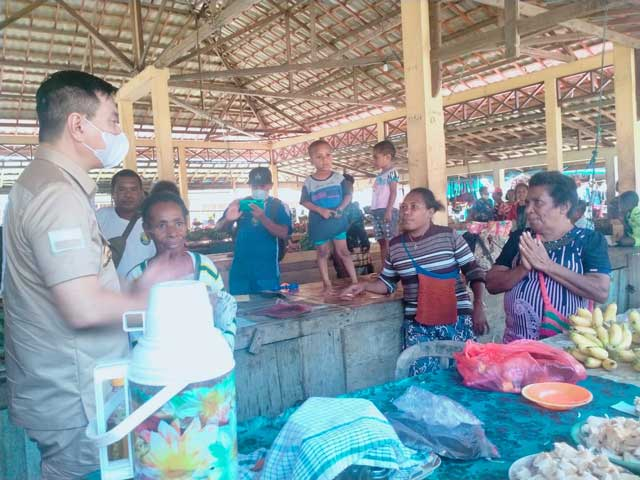 Bupati Kaimana dan Wabup Kaimana Kunjungi Puskesmas dan Pasar