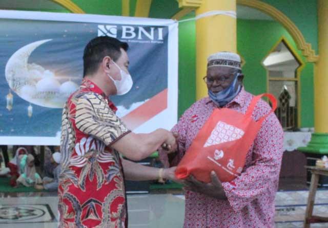 Bupati Kaimana dan Wabup Bantu Salurkan 500 Paket Bapok BNI