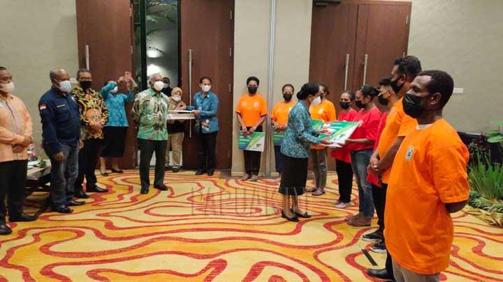 Gubernur Papua Barat Salurkan Bantuan Bapok dan Tangan Kasih Tahap I Sorong dan Kabsor