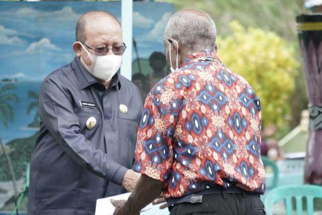 Bupati Teluk Wondama Beri Bantuan di Perayaan HUT PI ke 107 Tanah Rakwa