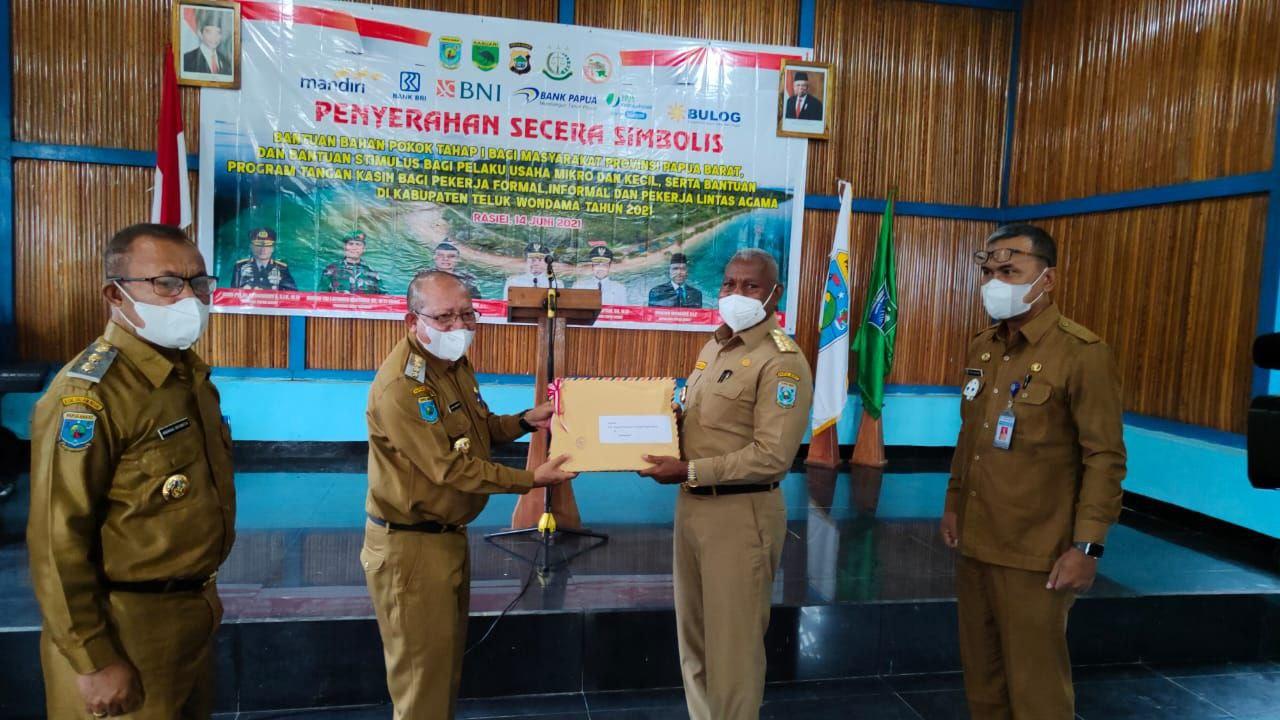 Gubernur Papua Barat Salurkan Bantuan di Teluk Wondama