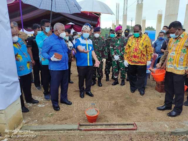 Gubernur dan Bupati Sorong Letakkan Batu Utama Sekretariat Bralingmas Cakeb