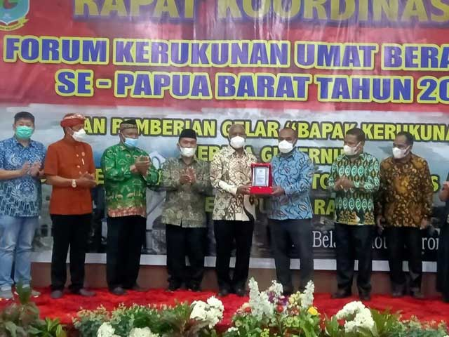 Gubernur Papua Barat Dapat Gelar Bapak Kerukunan