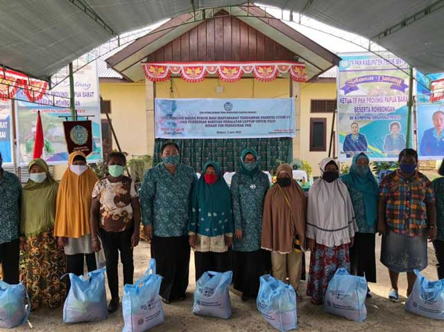 PKK Papua Barat Salurkan Bantuan di Teluk Bintuni