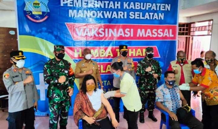 Tinjau Vaksinasi Covid-19 di Oransbari, Gubernur Ingatkan PPKM