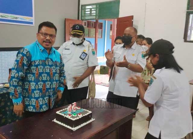 Kepala Biro Hukum Papua Barat Dapat Surprise HUT 56