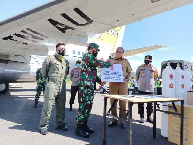 Wakil Gubernur Papua Barat Terima Bantuan Penanganan Covid-19 Panglima TNI