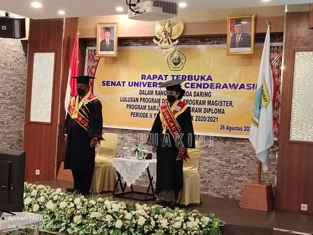Gubernur Papua Barat dan First Lady Resmi Sandang Gelar Magister Sains