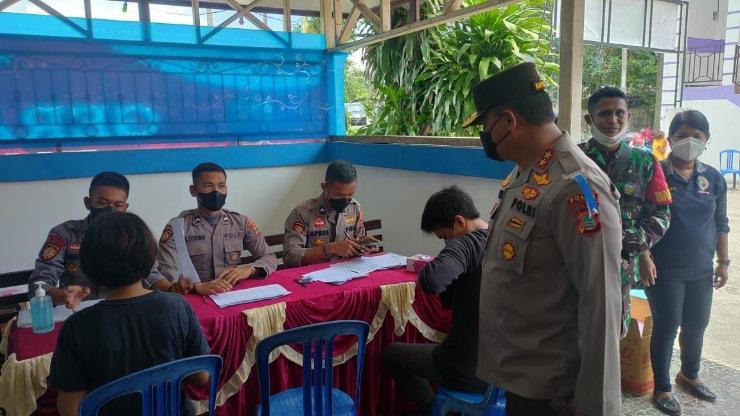 Kapolda Papua Barat Tinjau Gerai Vaksin TNI-POLRI di Gereja Manyosi Wirsi
