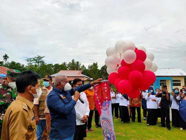 Gubernur Papua Barat Launching Merdeka Belajar dan Vaksinasi Pelajar di SMPN 2 Ransiki