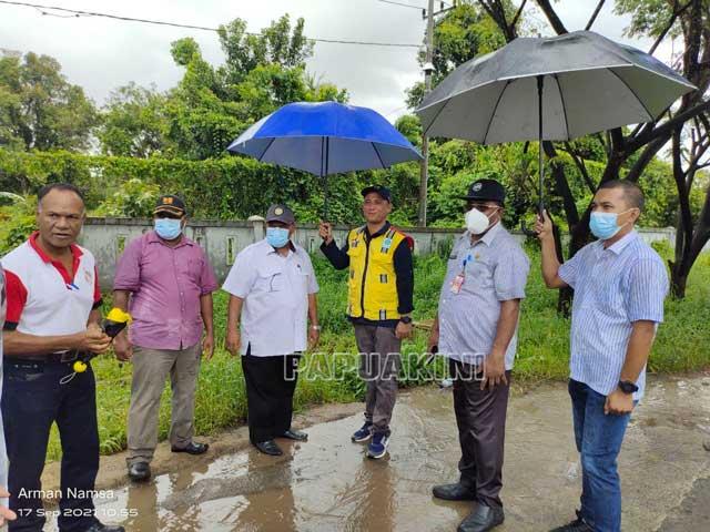 Sekda Sorong, Kepala Dinas PUPR Papua Barat Tinjau Titik Rawan Banjir