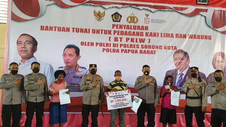 Polda Papua Barat Salurkan Bantuan Tunai PKL dan Warung